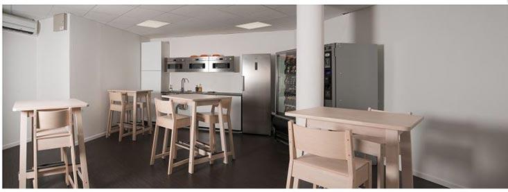 Cette Salle De Café Dépourvue De Décoration Est Triste Et Fadeu2026